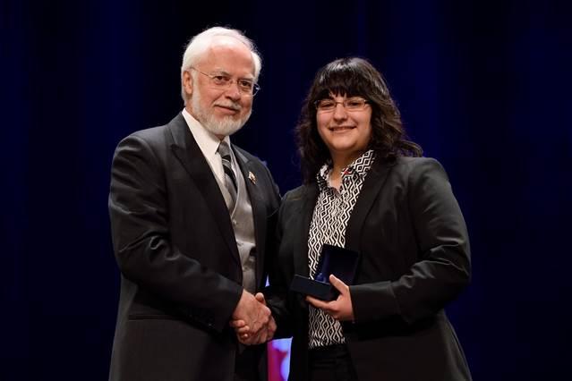 Sur la photo, l'Honorable Pierre Duchesne, Lieutenant-gouverneur du Québec remet la Médaille à Amélie Arbour. (Photoofficielle: Lieutenant-gouverneur du Québec)